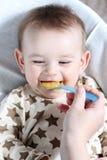 Baby met voedsel stock afbeelding