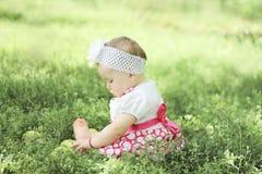 Baby mit Äpfeln im Garten Lizenzfreies Stockfoto