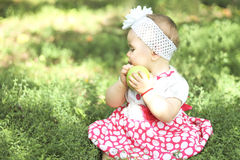 Baby mit Äpfeln im Garten Lizenzfreie Stockfotografie