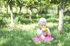 Baby mit Äpfeln im Garten Lizenzfreies Stockbild