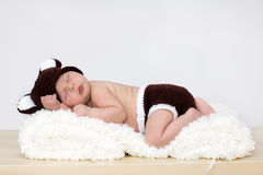 Baby mit Bärnhut und -hosen Stockbilder