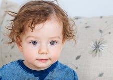 Baby mit dem gelockten Haar Lizenzfreies Stockbild