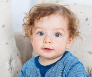Baby mit dem gelockten Haar Stockfoto