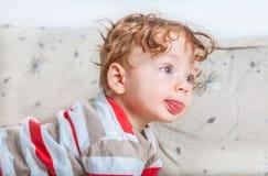 Baby mit dem gelockten Haar Lizenzfreie Stockbilder