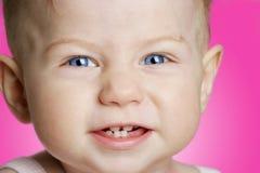 Baby mit dem Lächeln der blauen Augen stockfotos