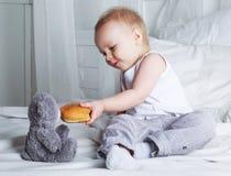 Baby mit einem Brötchen Lizenzfreies Stockbild