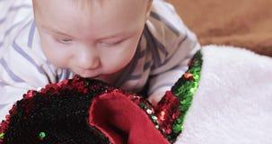 Baby mit einem Weihnachtsstiefel stock video