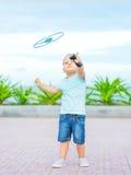 Baby mit fliegender Untertasse Lizenzfreies Stockfoto