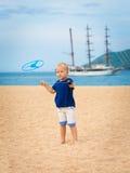 Baby mit fliegender Untertasse Lizenzfreie Stockbilder