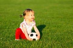 Baby mit Fußball Stockbild