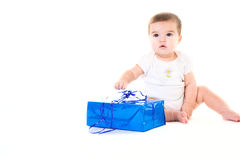 Baby mit Geschenk stockfotos