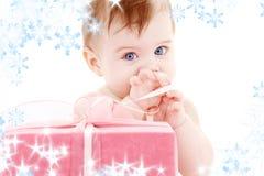 Baby mit Geschenkkasten Stockfoto