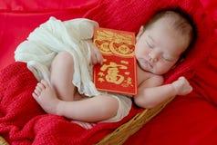 Baby mit Geste des glücklichen chinesischen neuen Jahres stockfoto