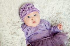 Baby mit gestricktem Hut mit Blume Lizenzfreies Stockfoto