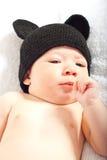 Baby mit gestrickter schwarzer Kappe Stockfotos