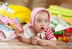 Baby mit Haufen der Abnutzung des Schätzchens Stockbild