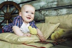 Baby mit Huhn Lizenzfreies Stockbild
