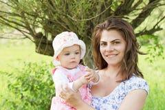 Baby mit ihrer Mutter Lizenzfreie Stockfotos