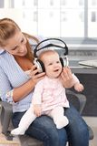 Baby mit Kopfhörern Stockfotografie