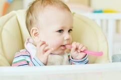 Baby mit Löffel lizenzfreies stockfoto