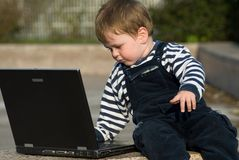 Baby mit Laptop Lizenzfreie Stockfotos