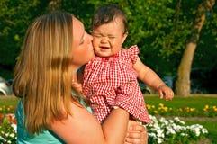 Baby mit Mutter lizenzfreie stockbilder