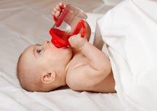 Baby mit Schätzchenflasche Lizenzfreie Stockfotografie