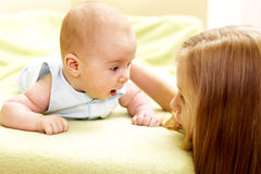 Baby mit seiner großen Schwester lizenzfreies stockbild