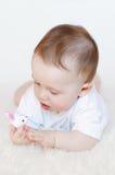 Baby mit Spielzeugkaninchen Lizenzfreie Stockbilder