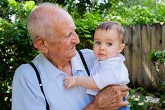 Baby mit Urgroßvater Stockfoto