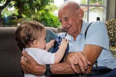 Baby mit Urgroßvater Stockbild