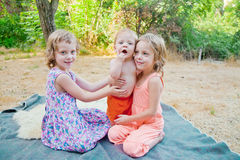 Baby mit zwei Schwestern Lizenzfreie Stockfotografie