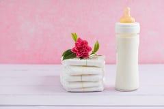 Baby mjölkar flaskan och blöjor Royaltyfri Fotografi