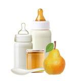 Baby mjölkar flaskor, krus av behandla som ett barn det isolerade puré, päronet och skeden Arkivfoton