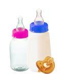 Baby mjölkar flaskor och attrappen som isoleras på vit Royaltyfri Foto