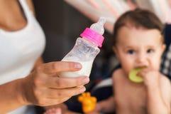 Baby mjölkar formel Arkivbild