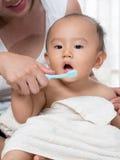 Baby mondelinge zorg Stock Foto's