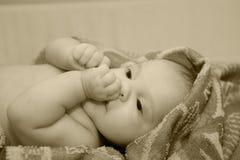 Baby na bad in handdoek. Royalty-vrije Stock Foto's
