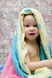 Baby na bad onder handdoek Stock Fotografie