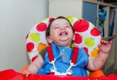Baby nach dem Abendessen bedeckt mit Lebensmittel Lizenzfreie Stockfotografie