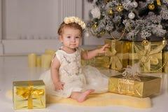 Baby nahe Luxusweihnachtsbaum stockfotografie