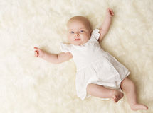 Baby-neugeborenes Porträt, neugeborenes Mädchen ein Monat, scherzen weißes Kleid Stockfotos