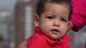 Baby neugierig über Blasen stock video