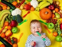 Baby omgav med frukter och grönsaker Royaltyfri Fotografi