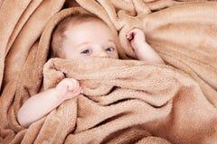 Baby omvat in handdoek royalty-vrije stock afbeeldingen