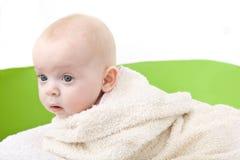 Baby omvat met een badhanddoek. royalty-vrije stock afbeeldingen