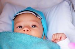 Baby onder deken Stock Foto's