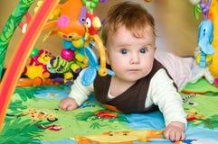 Baby in onderwijsmat royalty-vrije stock afbeeldingen