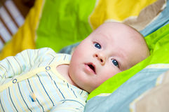 Baby op bed Stock Afbeeldingen