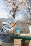 Baby op bloesemachtergrond Stock Foto